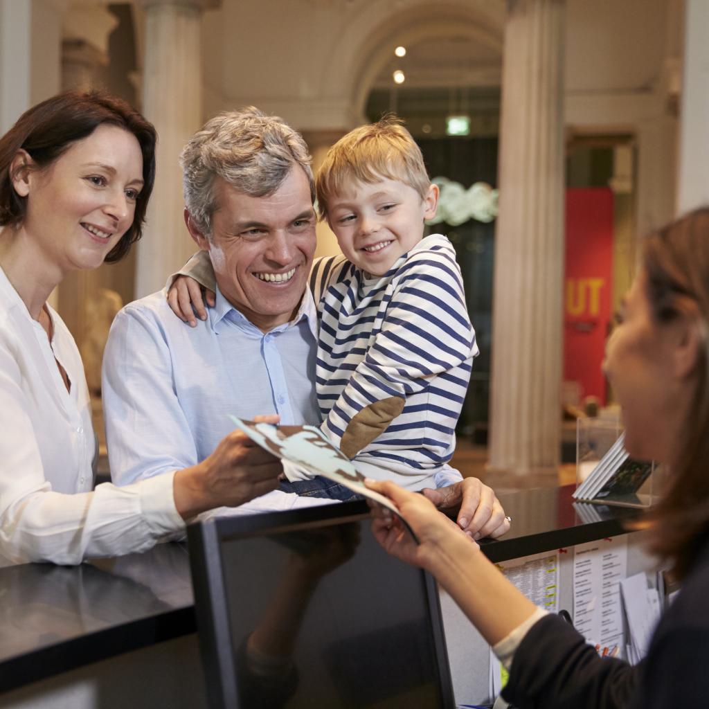 Famiglia con bambino all'entrata del Museo per il ritiro biglietti