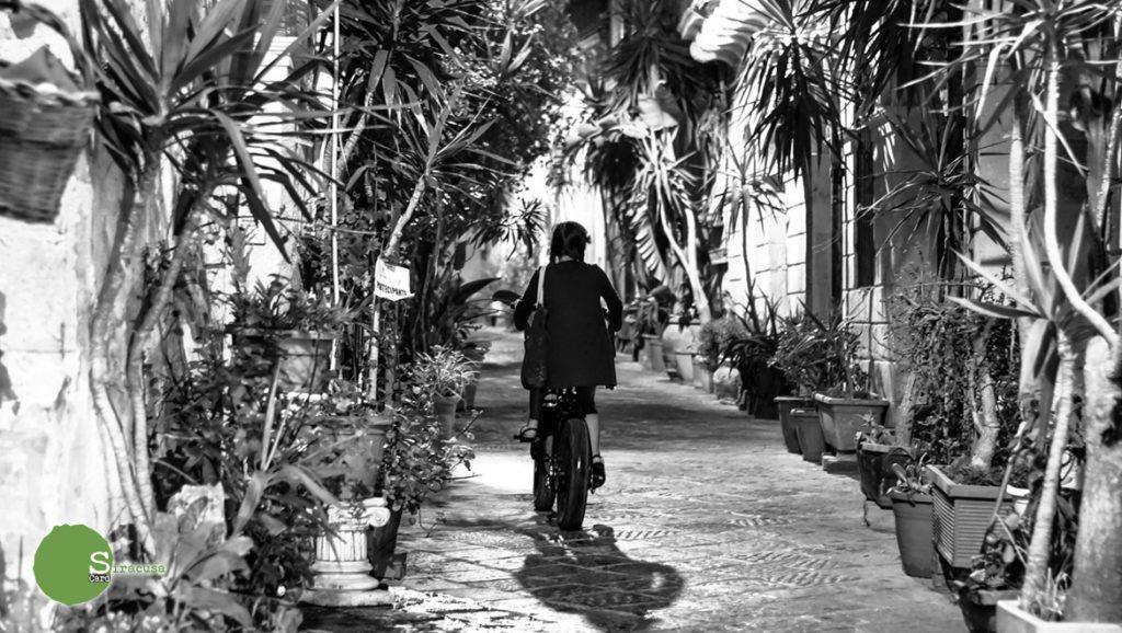 Ragazza in bicicletta